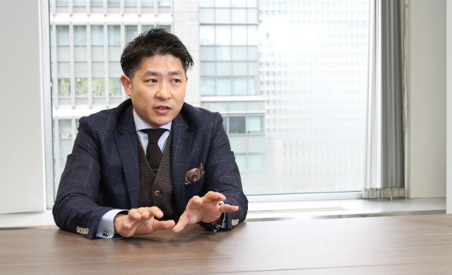 インタビューに答える佐藤裕さん、その1