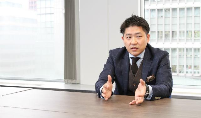 インタビューに答える佐藤裕さん、その2