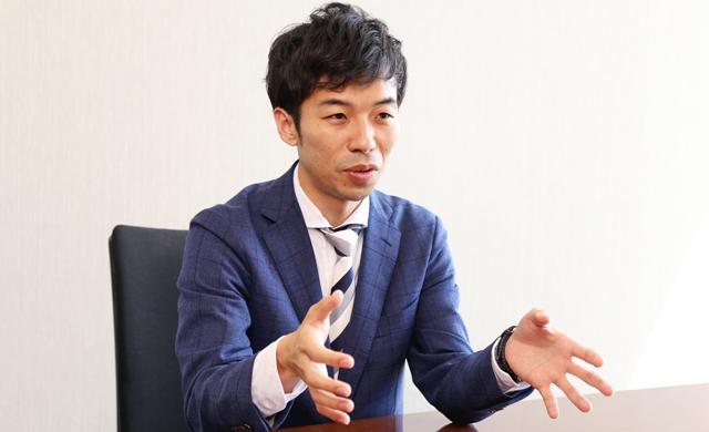 インタビューに答える江崎氏_その1
