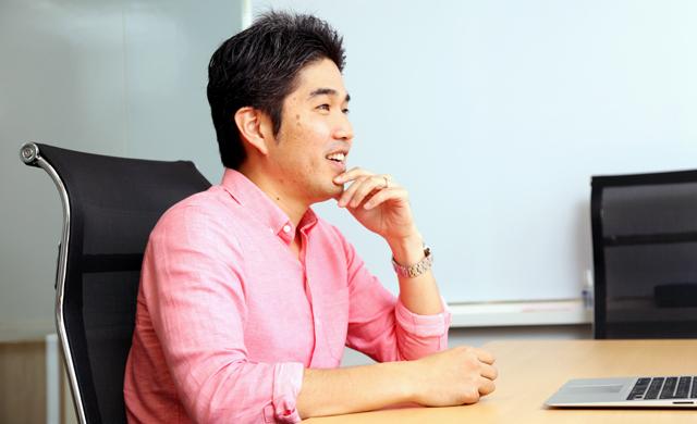 インタビューに答える秋岡氏_その2